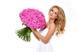 Rapariga loira, rosas, fundo branco