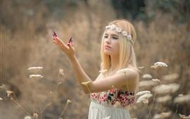 ブロンドの女の子、花輪、蝶