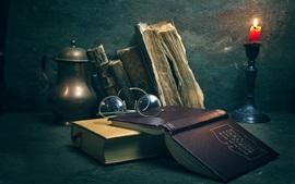 Книги, очки, свечи, ретро-стиль