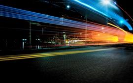 Vista nocturna de la ciudad, camino, líneas de luz