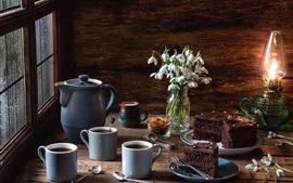 Café, pastel de chocolate, campanillas de invierno, lámpara de aceite