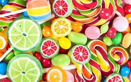 Красочные конфеты, леденцы на палочке, сладкая еда