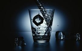 Copo de vidro, cubos de gelo, respingo de água