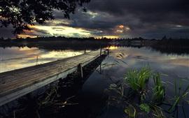 Muelle, lago, puente, hierba, nubes negras, anochecer