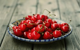 Спелая красная вишня, вкусные фрукты