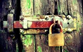 Cerradura de óxido, puerta de madera