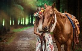 Улыбка девушки и коричневой лошади