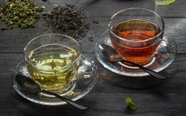 Duas xícaras de chá, verde e vermelho