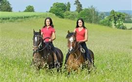 Dos chicas montando a caballo, hierba, verano