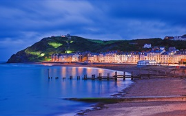 Gales, Aberystwyth, paseo marítimo, noche, mar, luces, casas