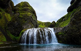 Cascada, piedras, musgo, cielo