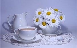 Flores brancas de camomila, xícara, café