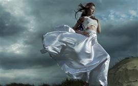 Белая юбка Азиатская девушка на ветру