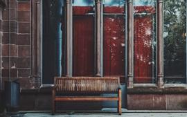 Ventana, banco de madera