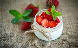 Postre de yogur, fresa, menta