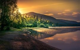 Красивый пейзаж природы, озеро, деревья, солнечные лучи, рассвет