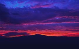 Beau coucher de soleil, ciel rouge, nuages, montagnes