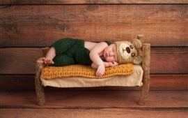 Симпатичный ребенок спит, маленькая кровать