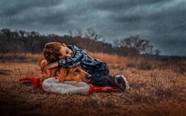 Menino e cachorro fofos na chuva