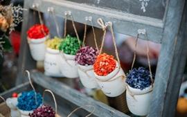 Flores decorativas, panelas, coloridas