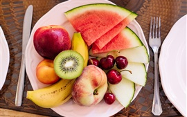 Sobremesa de frutas, melancia, pêssego, cereja, banana, kiwi