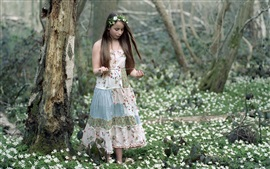Chica en la primavera, flores silvestres, bosque
