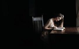 Aperçu fond d'écran Fille lire un livre dans la maison sombre