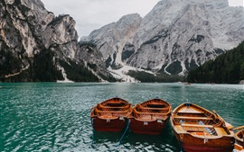 湖、ボート、山々