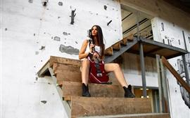 Chica de pelo largo, guitarra, escaleras