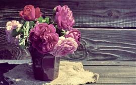 Peonías rosadas, florero, tablero de madera