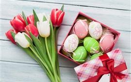 Tulipas vermelhas e brancas, ovos de páscoa, presentes
