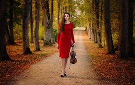 Chica de falda roja, violín, árboles