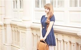 Tristeza niña, falda azul, rubia