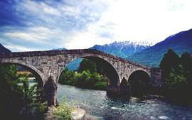 Ponte de pedra, rio, montanhas, árvores