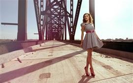 Verão, menina de saia curta, ponte