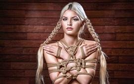 Das Mädchen ist am Seil gefesselt