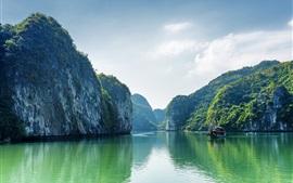 Вьетнам, бухта Халонг, море, горы, облака, лодка