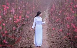 Белое платье Азиатская девушка, розовые цветы, весна