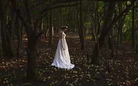 壁紙のプレビュー 白いスカートの女の子、地上の多くの緑色のリンゴ、森林