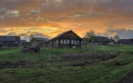 Arkhangelsk oblast, village, maisons, herbe, nuages, crépuscule, Russie