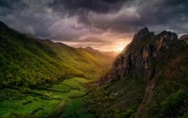 Paisaje de naturaleza hermosa, nubes, valle, montañas, árboles, amanecer