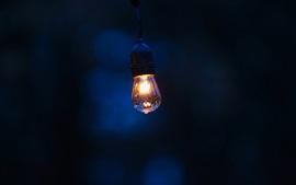 Lâmpada brilhante, noite, gotas de água
