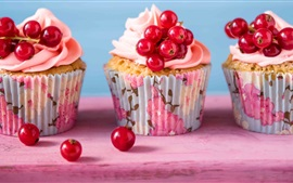 Cupcakes, red currants, cream
