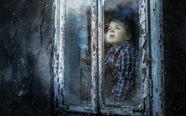 Aperçu fond d'écran Garçon mignon regarde par la fenêtre, neigeux
