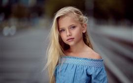 Fille enfant mignon, blonde, jupe bleue