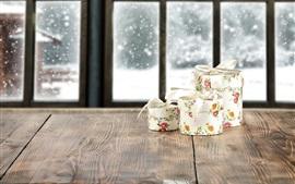Подарки, деревянная доска, окно, снег