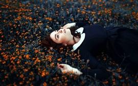 Девочка спит в цветах