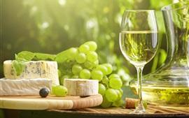 Uvas verdes, vino, vaso de vidrio, queso