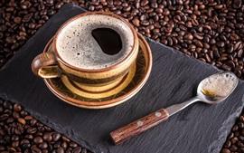 Uma xícara de café, colher, grãos de café
