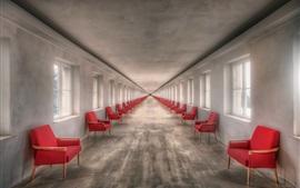 Chaises rouges, fenêtres, canal